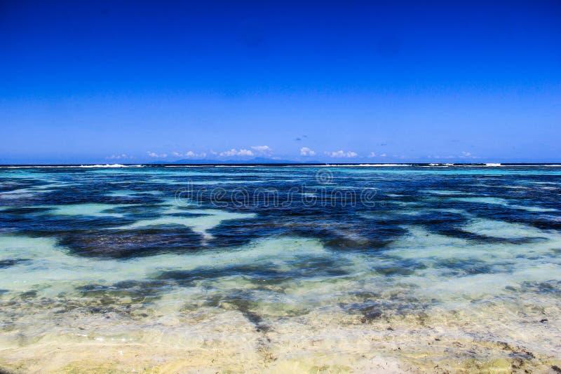 Spiaggia di argento del ` di fonte d di Digue Anse della La delle Seychelles immagine stock