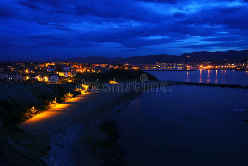Spiaggia di Arrigunaga a Getxo alla notte fotografia stock