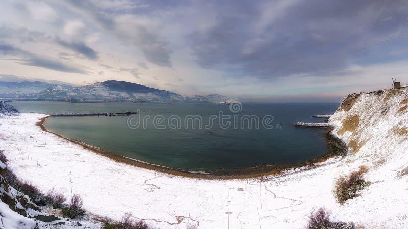 Spiaggia di Arrigunaga a Getxo con neve all'inverno fotografie stock