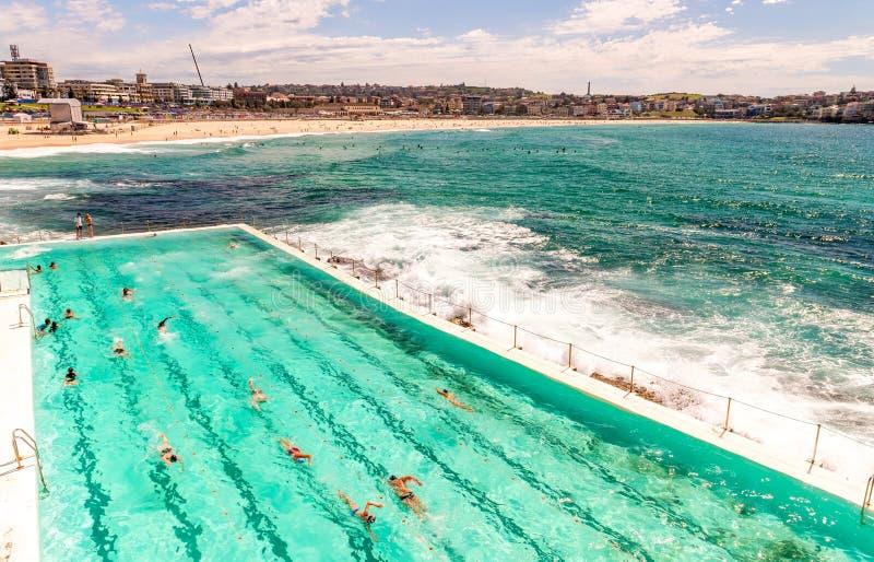 Spiaggia di Bondi, Sydney Oceano con con la gente che nuota immagini stock