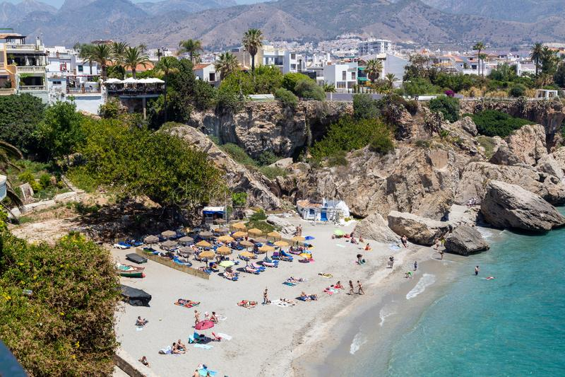 Spiaggia di Calahonda a Nerja, Spagna immagini stock