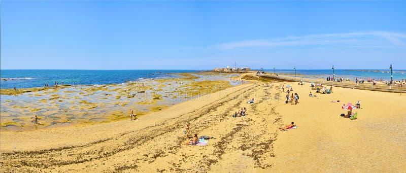 Spiaggia di Caleta della La con il San Sebastian Castle nei precedenti fotografie stock libere da diritti
