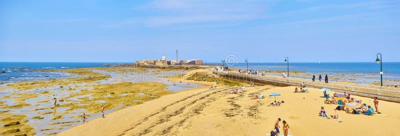 Spiaggia di Caleta della La con il San Sebastian Castle nei precedenti immagini stock