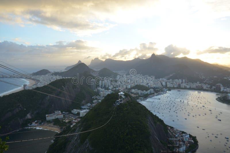 Spiaggia di Copacabana, Rio de Janeiro, landforms montagnosi, montagna, landform, fenomeno atmosferico immagini stock