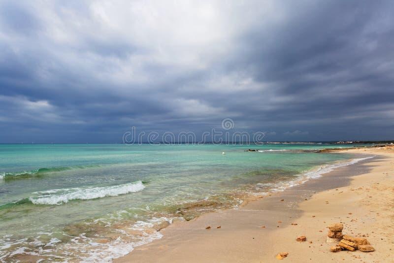 Spiaggia di es Trenc sotto il cielo triste fotografia stock libera da diritti
