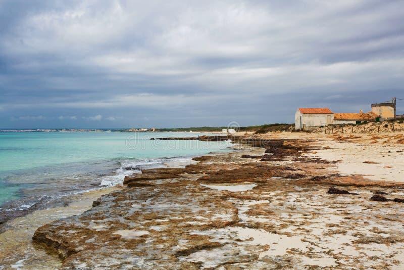 Spiaggia di es Trenc sotto il cielo triste immagine stock