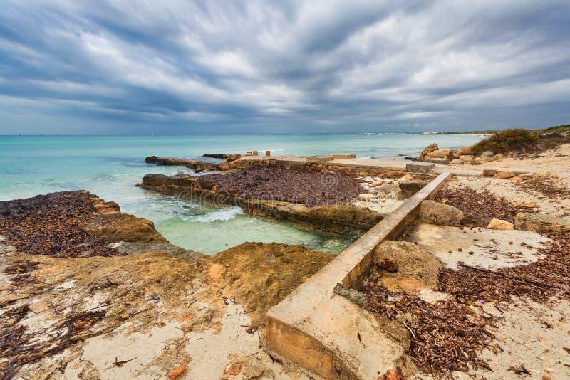 Spiaggia di es Trenc sotto il cielo triste immagini stock libere da diritti