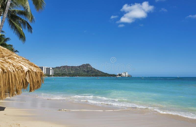 Spiaggia di fama mondiale di Waikiki con Diamond Head sull'isola hawaiana di Oahu immagini stock libere da diritti