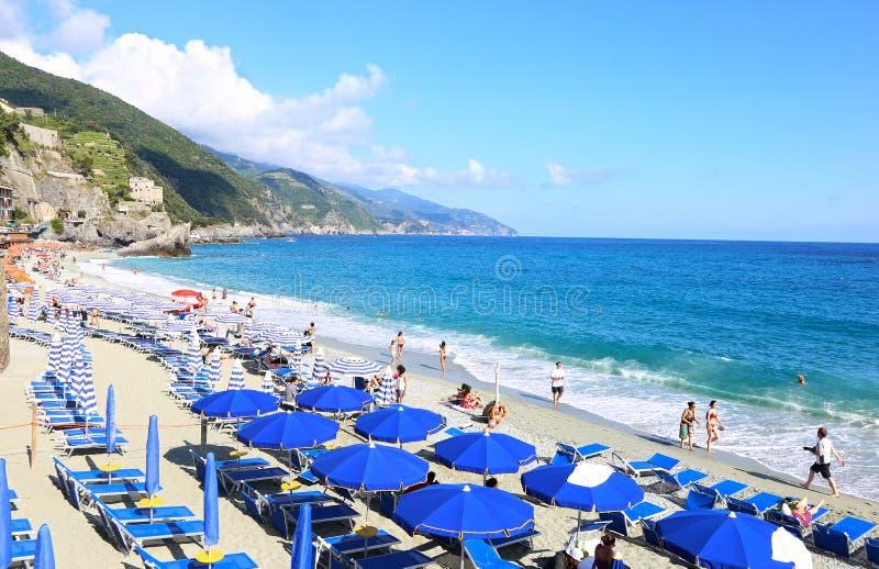 Spiaggia di Fegina海滩风景在Monterosso村庄五乡地意大利的 图库摄影
