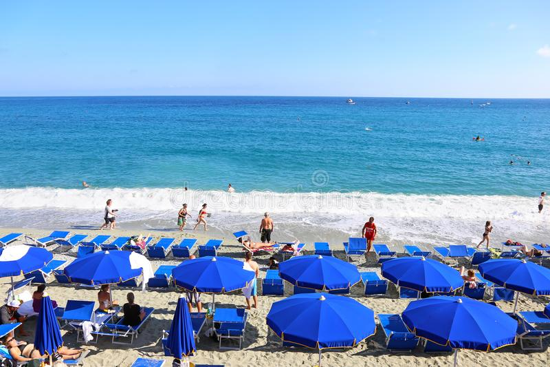 Spiaggia di Fegina海滩风景在Monterosso村庄五乡地意大利的 免版税库存照片