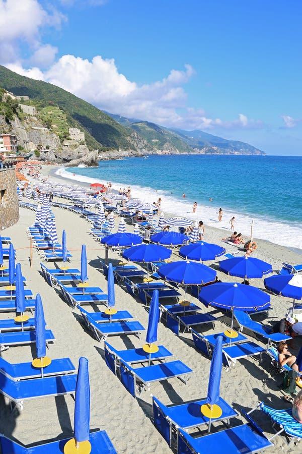 Spiaggia di Fegina海滩风景在Monterosso村庄五乡地意大利的 免版税库存图片