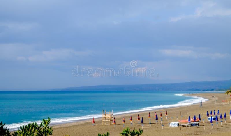 Spiaggia di giardini naxos mare ionico immagine stock immagine di festa mediterraneo 72072789 - B b giardini naxos sul mare ...