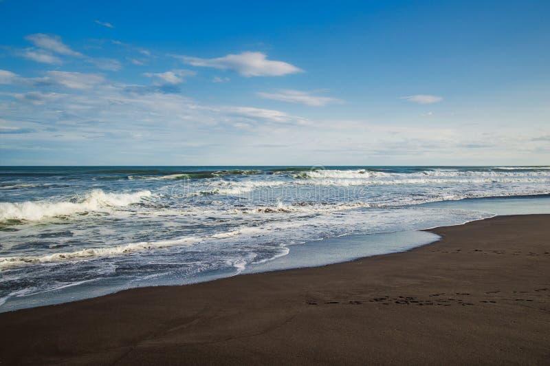 Spiaggia di Halaktyr kamchatka Federazione Russa Spiaggia di sabbia quasi nera di colore di buio dell'oceano Pacifico Montagne di immagine stock libera da diritti