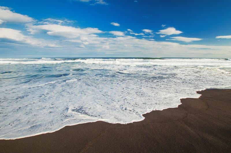 Spiaggia di Halaktyr kamchatka Federazione Russa Spiaggia di sabbia quasi nera di colore di buio dell'oceano Pacifico Montagne di immagine stock