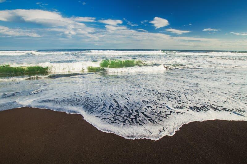 Spiaggia di Halaktyr kamchatka Federazione Russa Spiaggia di sabbia quasi nera di colore di buio dell'oceano Pacifico Montagne di immagini stock