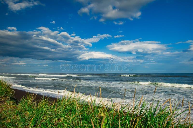 Spiaggia di Halaktyr kamchatka Federazione Russa Spiaggia di sabbia quasi nera di colore di buio dell'oceano Pacifico Montagne di fotografia stock