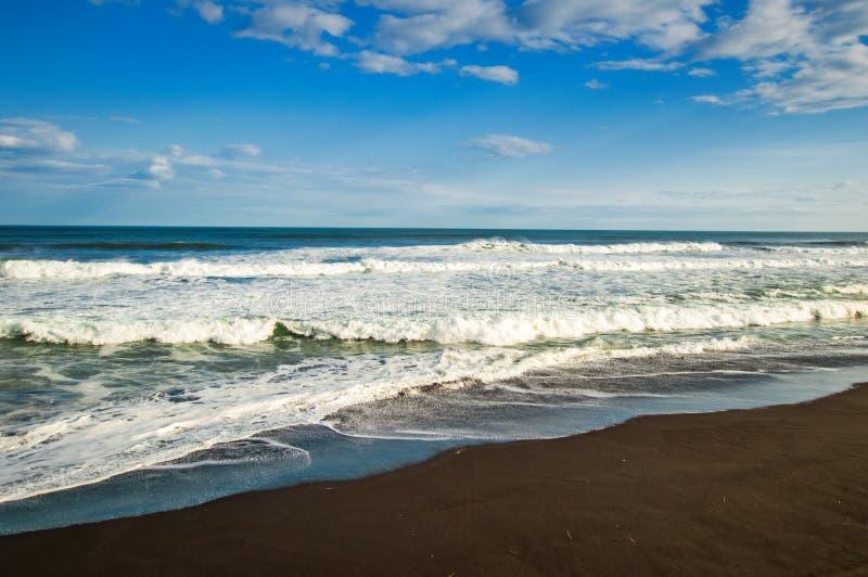 Spiaggia di Halaktyr kamchatka Federazione Russa Spiaggia di sabbia quasi nera di colore di buio dell'oceano Pacifico Montagne di immagini stock libere da diritti