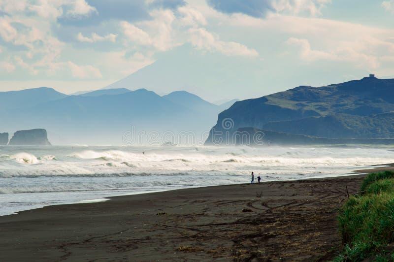 Spiaggia di Halaktyr kamchatka Federazione Russa Spiaggia di sabbia quasi nera di colore di buio dell'oceano Pacifico Montagne di fotografie stock libere da diritti
