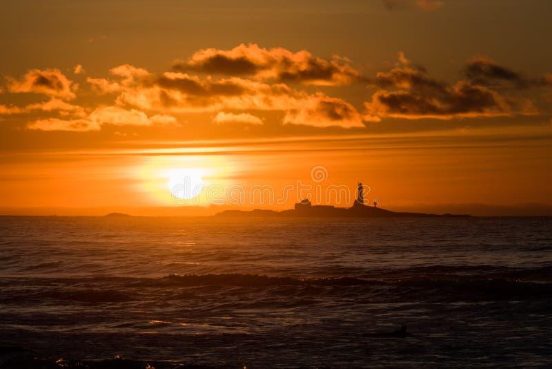 Spiaggia di Hellsto di tramonto con rosso Norvegia di giallo del faro fotografie stock
