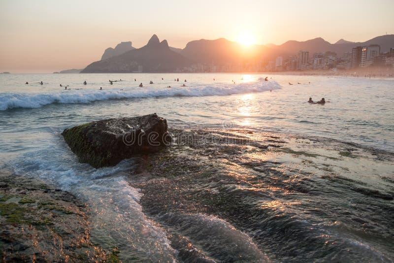 Spiaggia di Ipanema al tramonto immagine stock libera da diritti