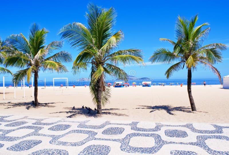 Spiaggia di Ipanema con le palme ed il mosaico del Sid fotografie stock libere da diritti