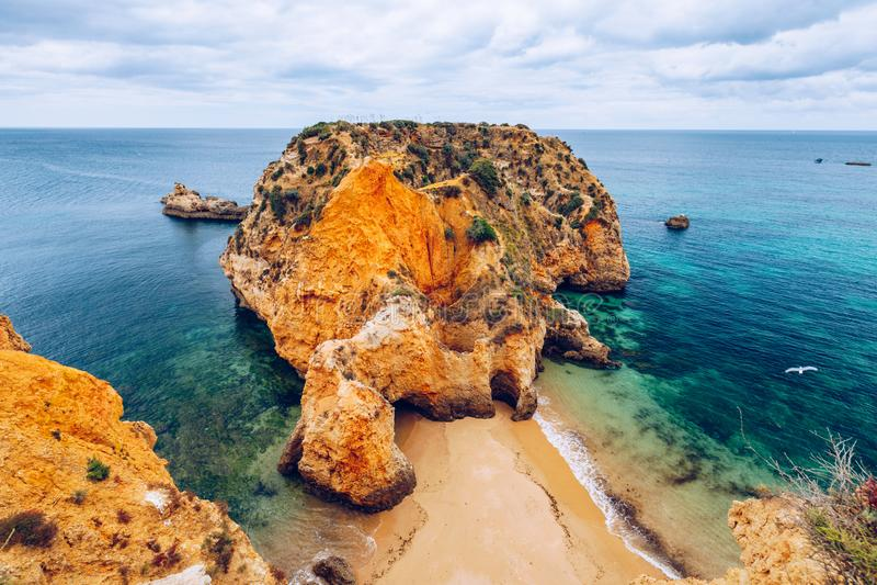 Spiaggia di Joao de Arens (Praia João de Arens), Algarve, Portimao, Portogallo Spiaggia a distanza, spiaggia nascosta, Praia da  immagine stock libera da diritti
