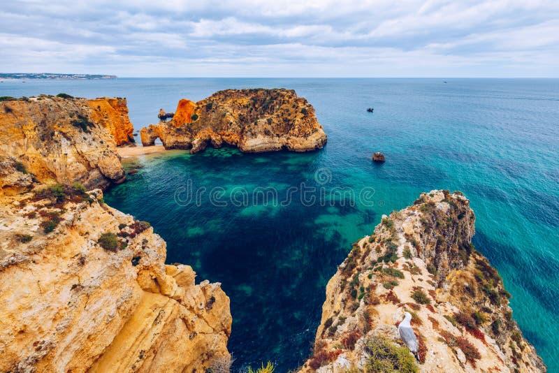 Spiaggia di Joao de Arens (Praia João de Arens), Algarve, Portimao, Portogallo Spiaggia a distanza, spiaggia nascosta, Praia da  immagini stock