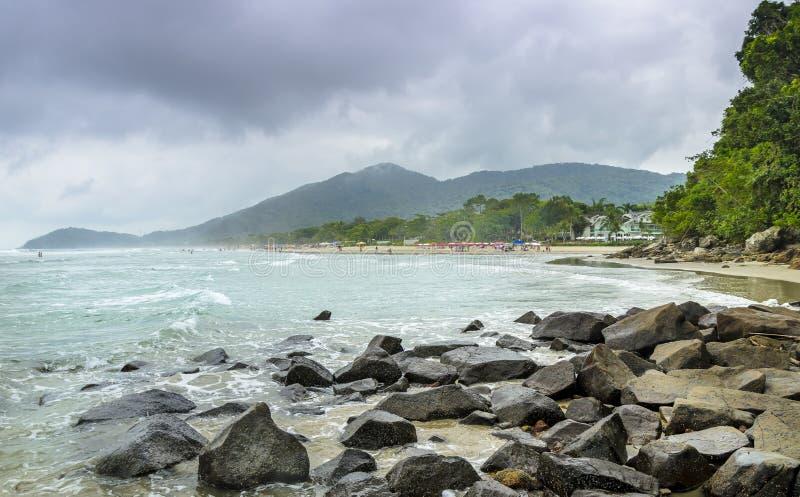 Spiaggia di Juquei Linea costiera dello stato di Sao Paulo, Brasile fotografia stock libera da diritti