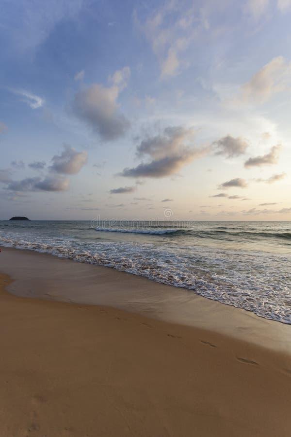 Spiaggia di Kata di tramonto immagine stock