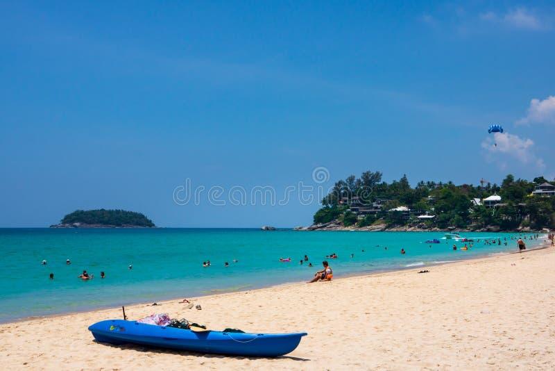 Spiaggia di Kata, Phuket, marzo 2013, la gente che si rilassa sulla bella spiaggia di Kata immagine stock libera da diritti