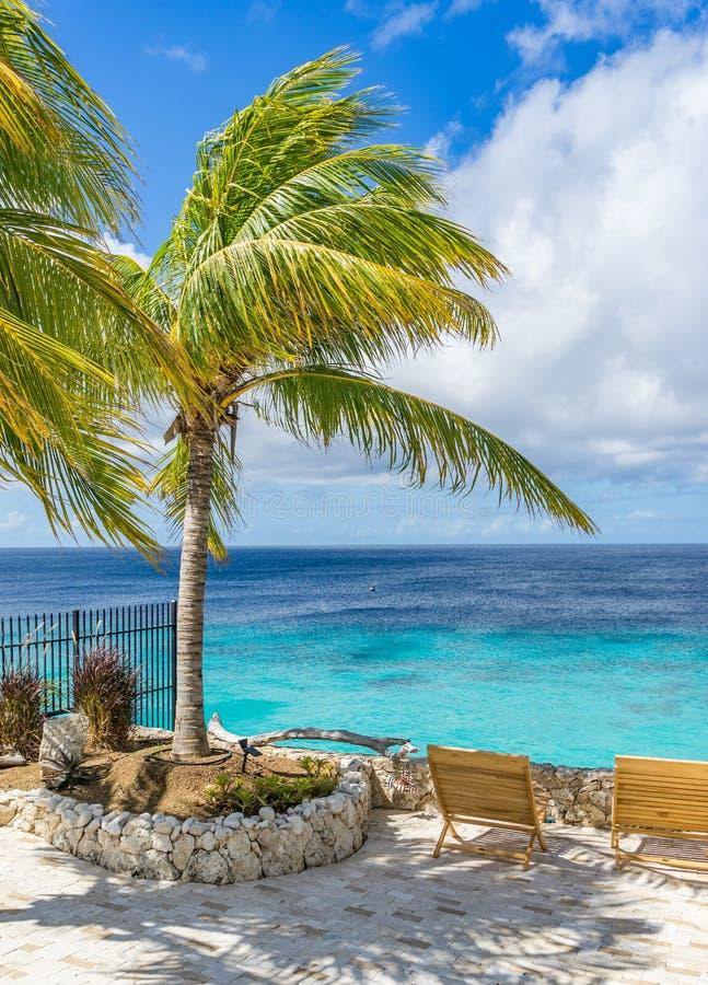 Spiaggia di Knip - punti di vista del Curacao della chaise-lounge del sole immagine stock libera da diritti