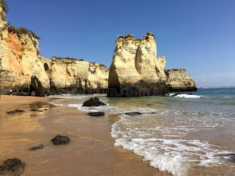 Spiaggia di Lagos, Algarve, Portogallo con le scogliere alte fotografie stock