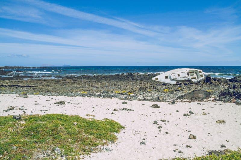 Spiaggia di Lanzerote con l'Oceano Atlantico blu fotografia stock libera da diritti