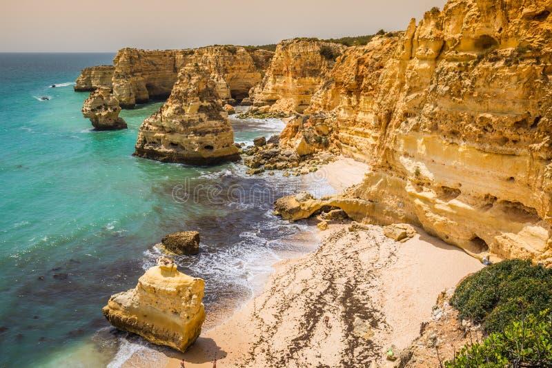 Spiaggia di Marinha, situata sulla costa atlantica nel Portogallo, Algarve fotografia stock libera da diritti