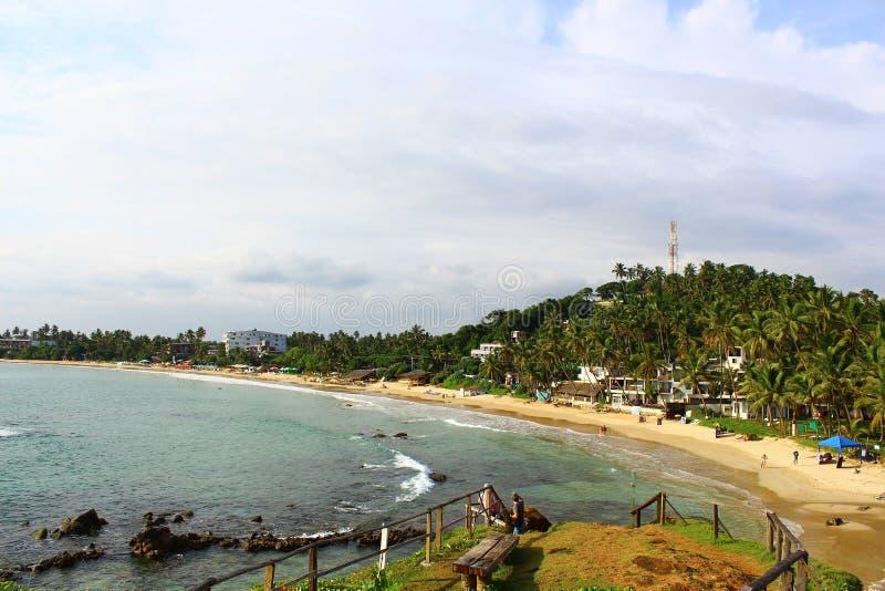 Spiaggia di Mirissa e una piattaforma di osservazione sulla scogliera, Sri Lanka fotografia stock libera da diritti