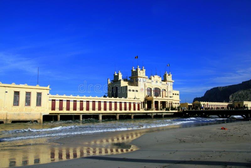 Spiaggia di Mondello, costruzione del mare di libertà. L'Italia fotografia stock libera da diritti