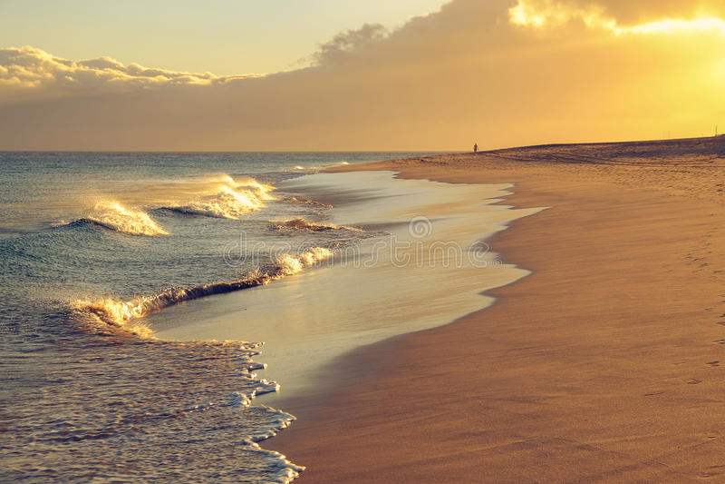 Spiaggia di Morro Jable su Fuerteventura sul tramonto fotografia stock