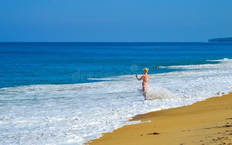 Spiaggia di Naiyang al giorno soleggiato sull'isola di Phuket fotografia stock