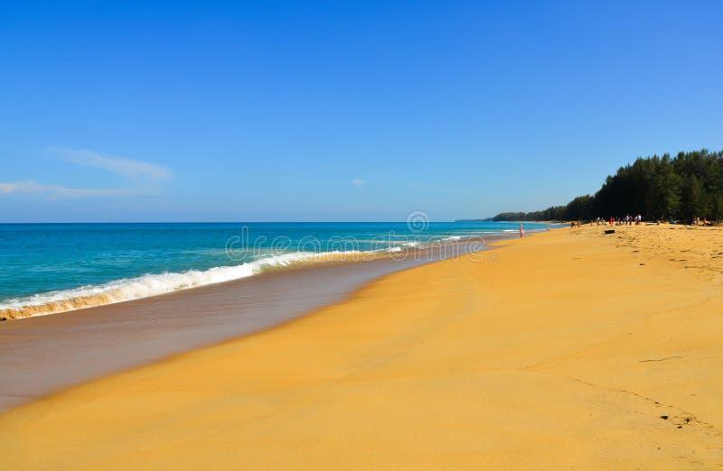 Spiaggia di Naiyang al giorno soleggiato sull'isola di Phuket immagini stock