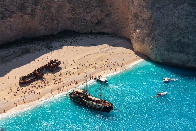 Spiaggia di Navagio Vecchia nave e barche turistiche sulla costa di Zacinto fotografie stock libere da diritti