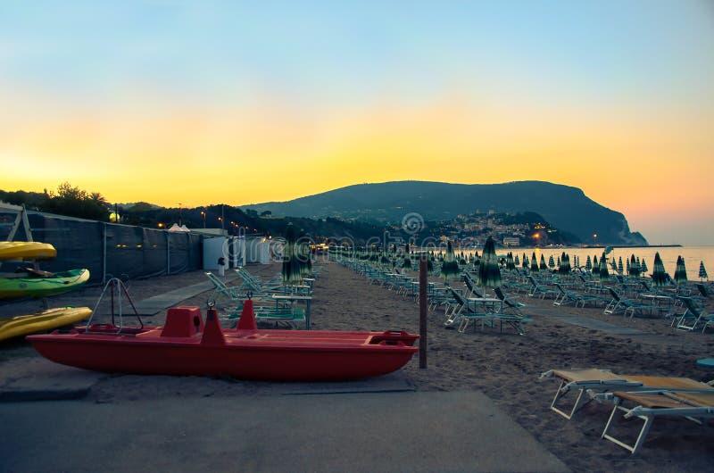 Spiaggia di notte Monte Conero riviera Marche Italia di Numana immagini stock libere da diritti