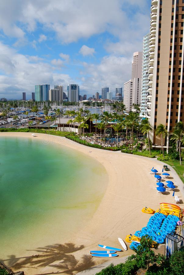 Spiaggia di Oahu Waikiki vicino a Hilton Hotel fotografia stock libera da diritti