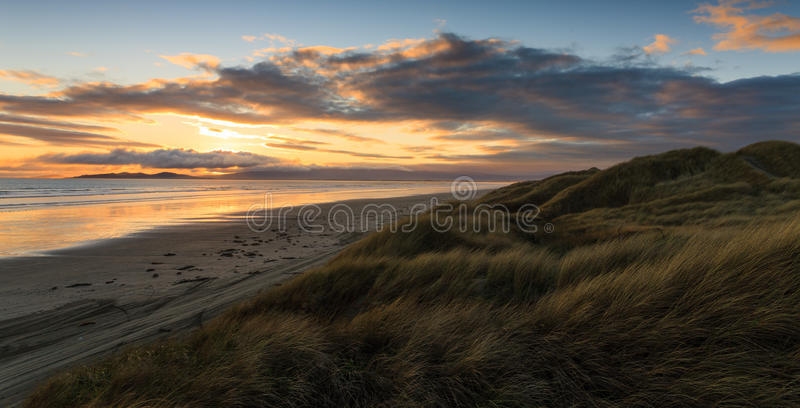Spiaggia di Oreti al tramonto immagine stock