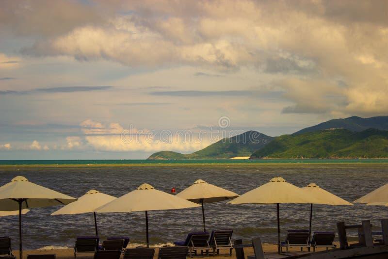 Spiaggia di paradiso con gli ombrelli fotografia stock libera da diritti