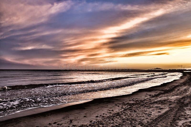 Spiaggia di pola di Santa al tramonto Alicante, Spagna immagine stock libera da diritti