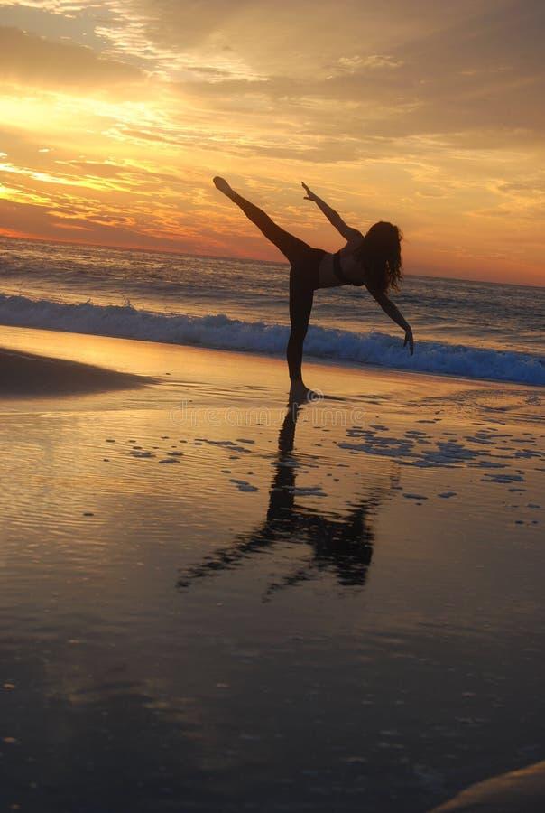 Spiaggia di posa del ballerino fotografie stock