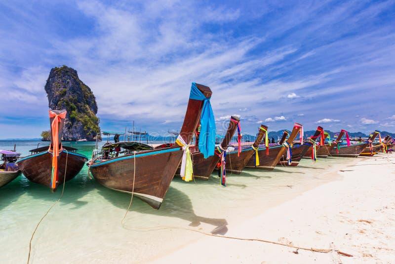 Spiaggia di Railay con i crogioli variopinti di coda lunga in Krabi, Tailandia immagine stock