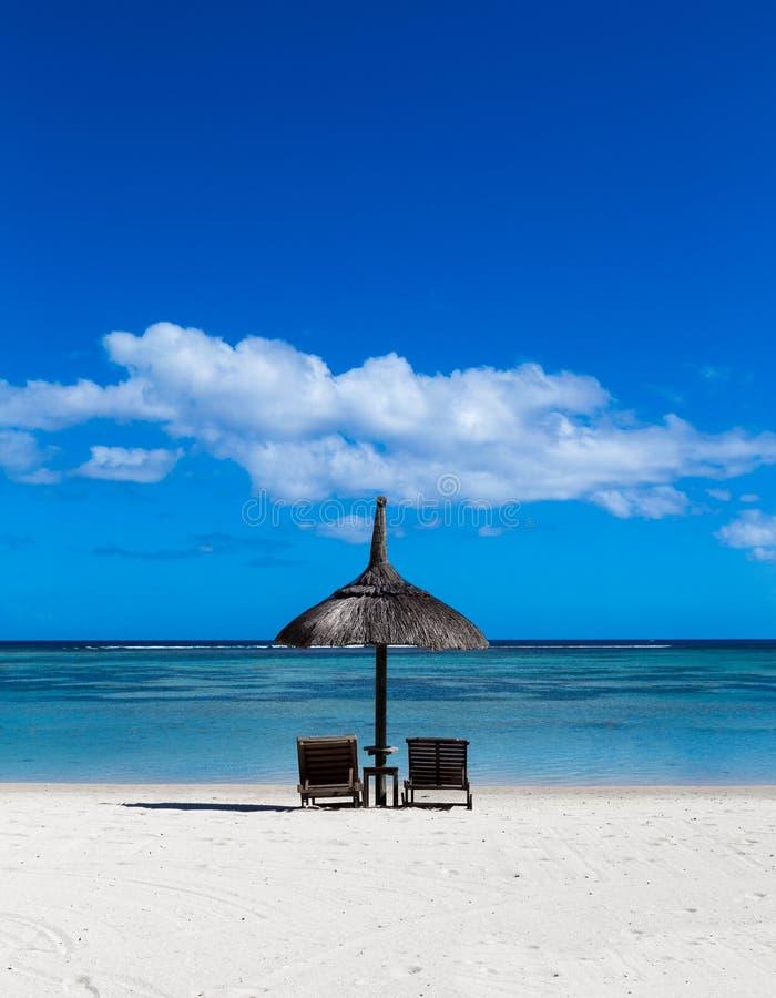 Spiaggia di sabbia bianca dell'en Flac Mauritius di Flic che trascurano il mare immagini stock
