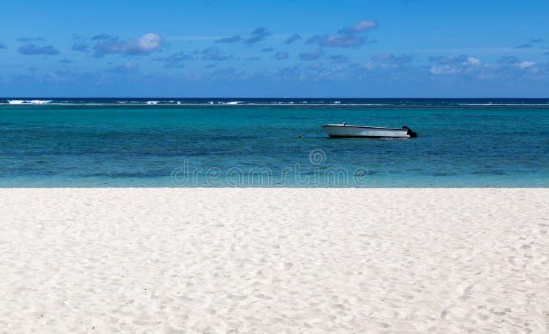 Spiaggia di sabbia bianca dell'en Flac Mauritius di Flic che trascurano il mare immagini stock libere da diritti