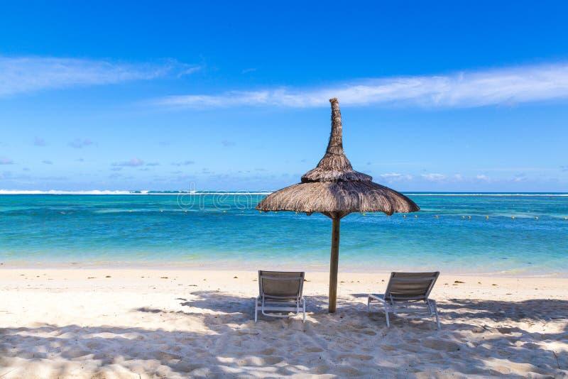 Spiaggia di sabbia bianca dell'en Flac Mauritius di Flic che trascurano il mare fotografia stock